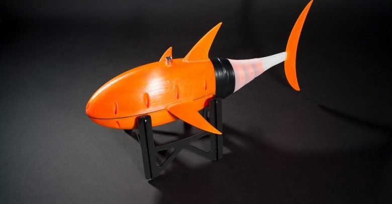 Photo of TU Delft researcher 3D prints tuna-inspired underwater drone